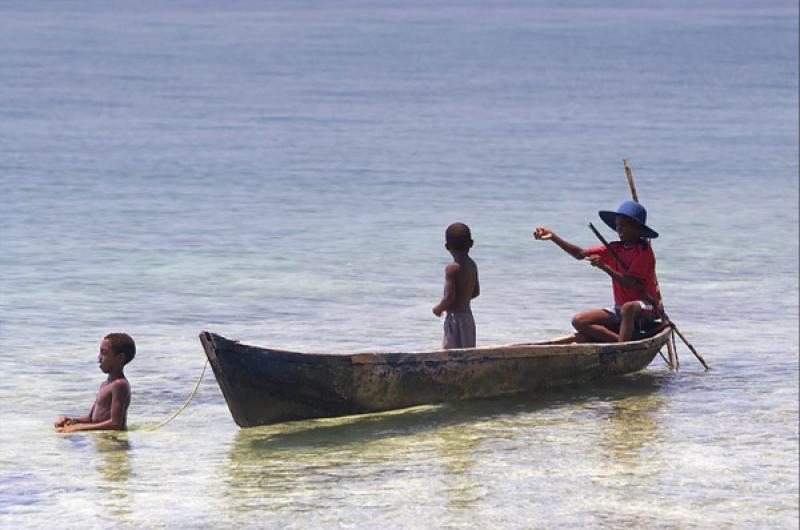 Niños Pescando, Isla Mucura, Golfo de Morrosqui...