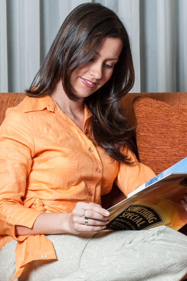 Mujer Observando una Revista